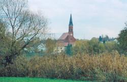 Blick von den Rottauen auf die Pfarrkirche St. Emmeram